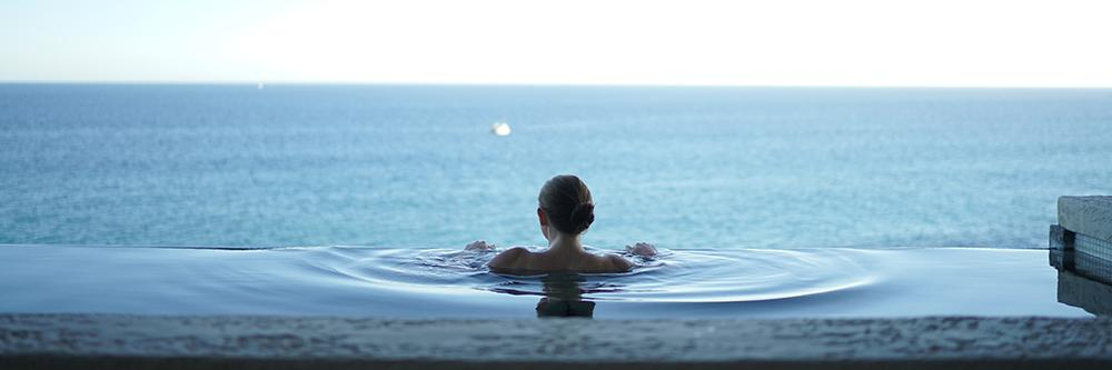 Bilde av kvinne i svømmebasseng på spa-opphold