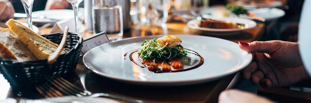 Bilde av pent dandert mat som serveres på langbord