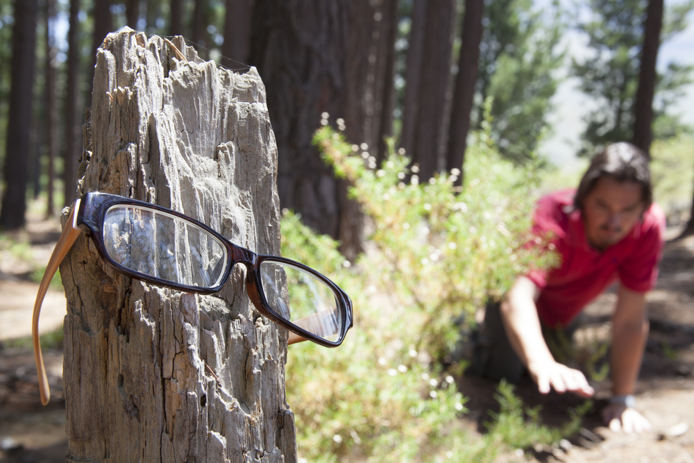 En person leter etter brillene sine