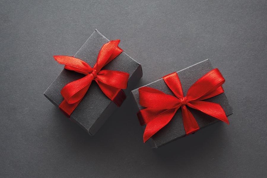 To svarte gaveesker med rød sløyfe
