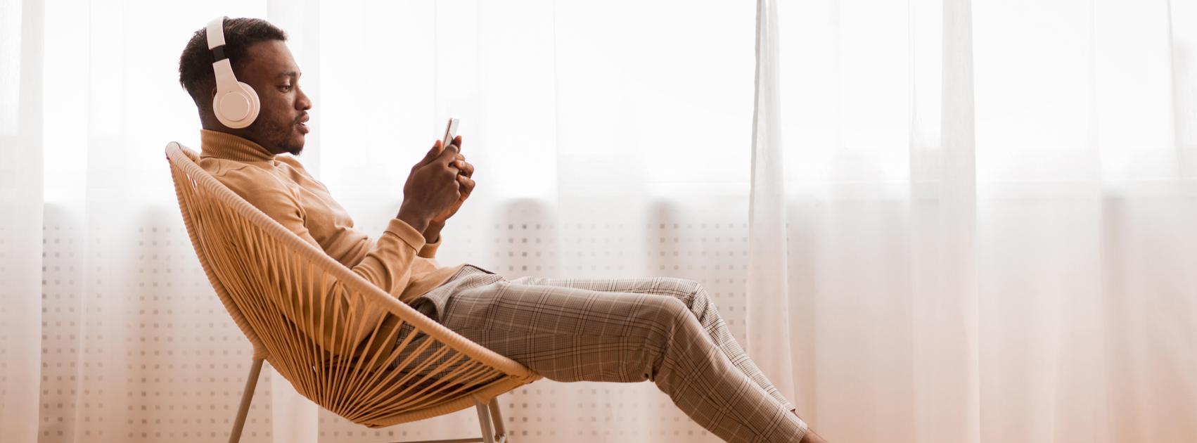 Bilde av avslappet mann i stol med hodetelefoner