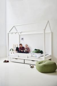 Hoppekids Husseng BASIC 90x200cm, med madrass, skuffer og sengehest, Hvit